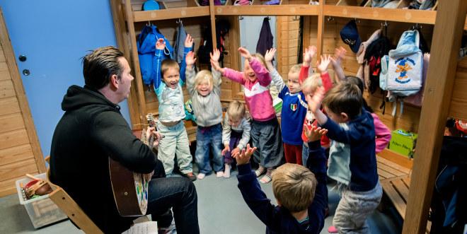 Rognerbærlia barnehage, sept 2014, barn, voksen, gruppe, sang, musikk, gitar,