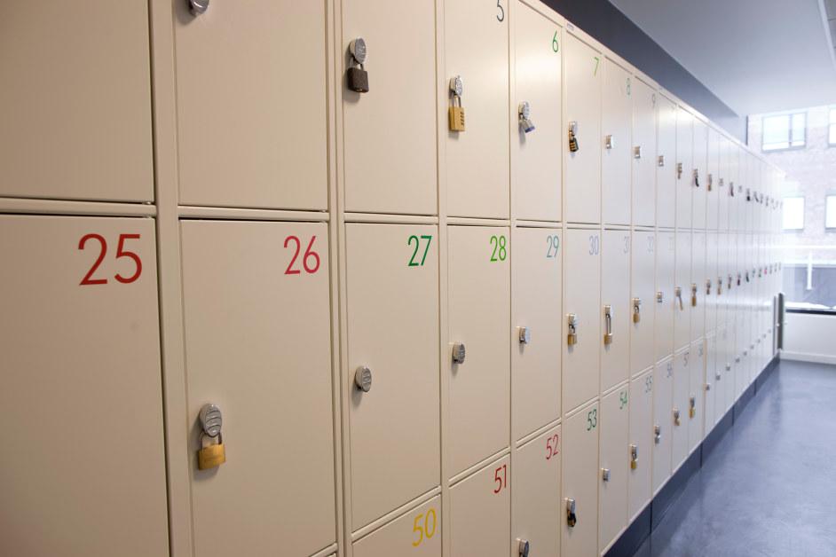 Bilde av bokskap ved en skole i to høyder med nummer på deg.
