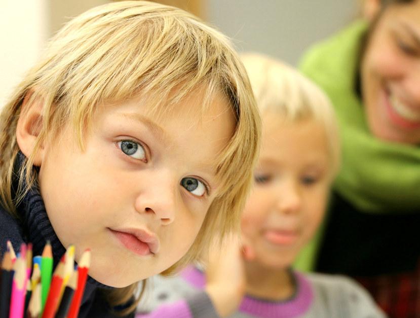 Elever undervises i klasserommet, elevsamarbeid, gruppearbeid