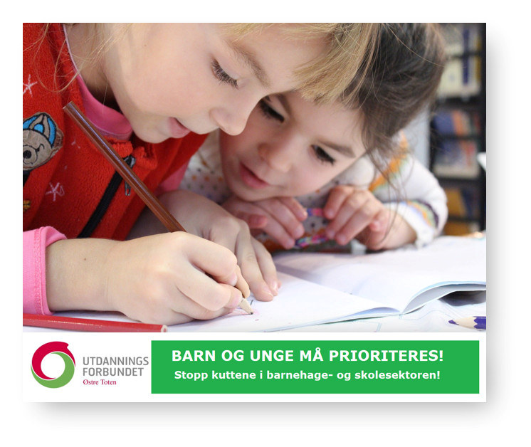 Bilde av to barn som sitter og ser på noe den ene skriver på et ark.