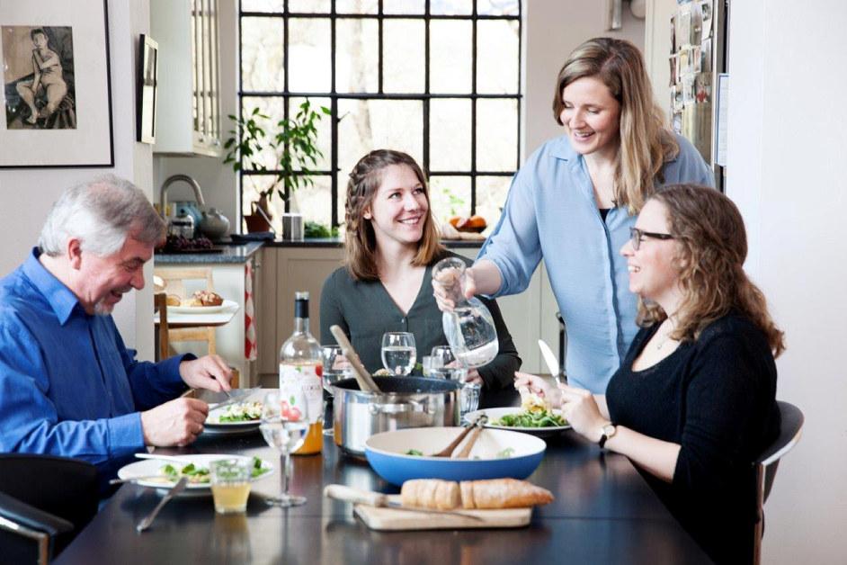 Mennesker rundt kjøkkenbord