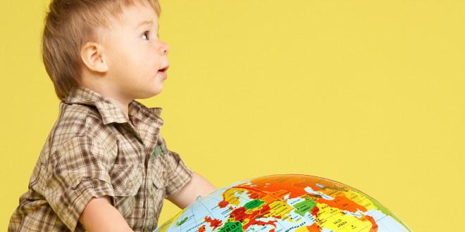 lite barn og jordklode