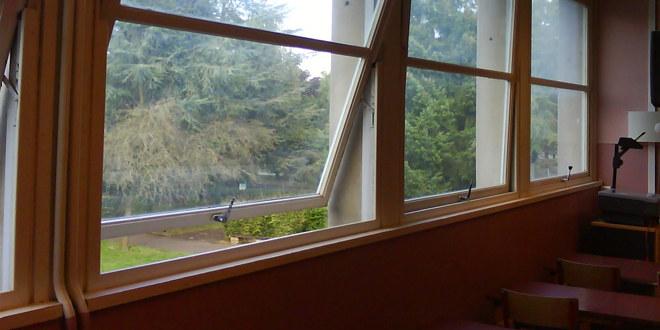 Åpent vindu i klasserom.
