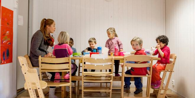 Mor Go hjerta barnehage, des 2014, barn, voksen, barnehagelærer, inne, mat, helse, lek, spise, lunsj, frokost, kjøkken,