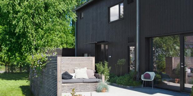 Bilde av et hus med en koselig terrasse