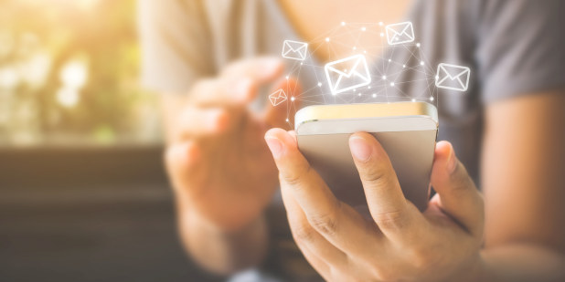 Illustrasjonsfoto av kvinne som leser e-post på sin telefon.