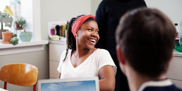 Bilde av studenter som jobber i studiegruppe på kollektivkjøkkenet.