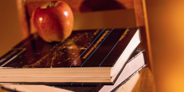 Bøker, eple, stol