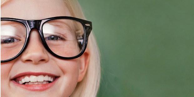 Ung jente med store briller