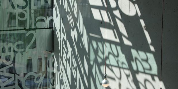 Glassvegg med bokstaver