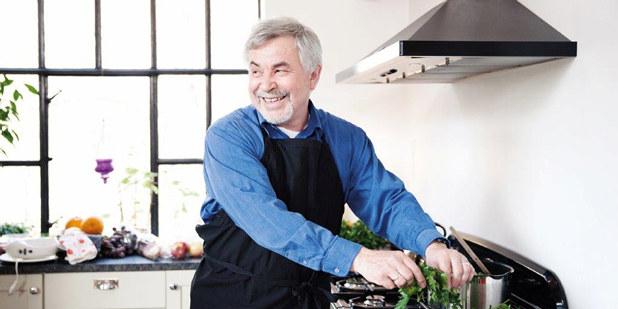 Bilde av voksen mann i godt humør, som lager mat.