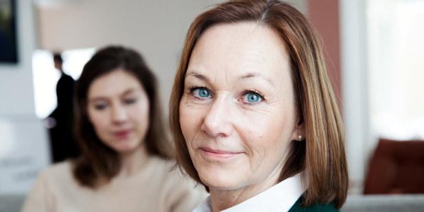 Bilde av to kvinner som leser forsikringsdokumenter.