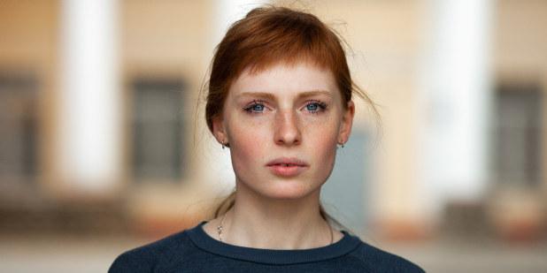 Bilde av kvinne med alvorlig ansiktsuttrykk.