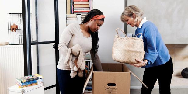 Bilde av mor og datter som pakker i eske.