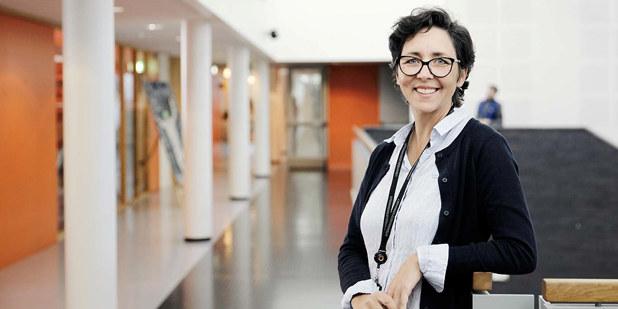 Bilde av lærer: En dame som står i korridoren.