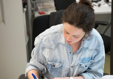 Kvinnelig lærer arbeider, forbereder undervisningstime