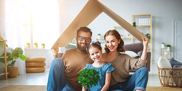 Bilde av mann, dame og datter inne i et hus