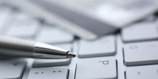 En kulepenn som ligger på et tastatur.