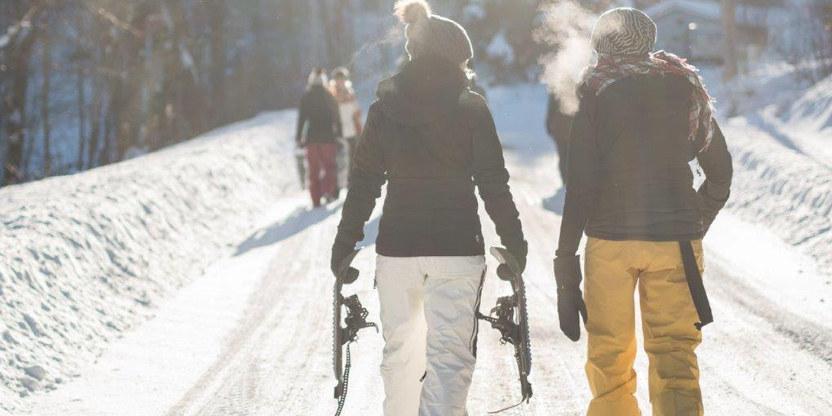 Personer på snødekt vei