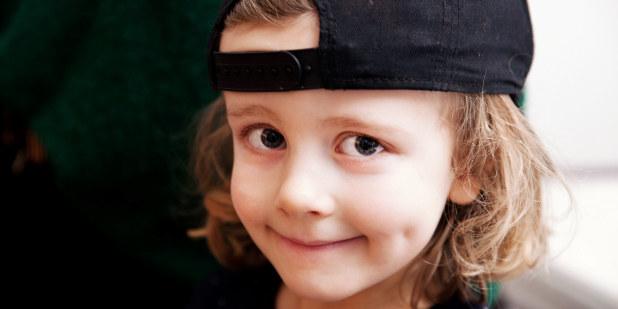 Bilde av gutt som smiler lurt