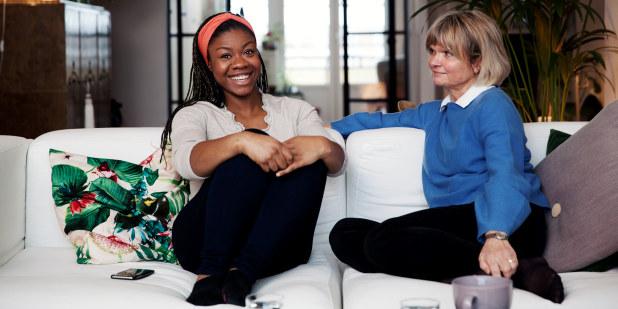 Mor og datter i samtale i sofa.
