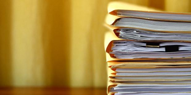 En bunke med dokumenter.