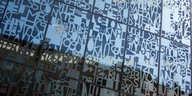 Illustrasjonsfoto av glassvegg i Lærernes hus.