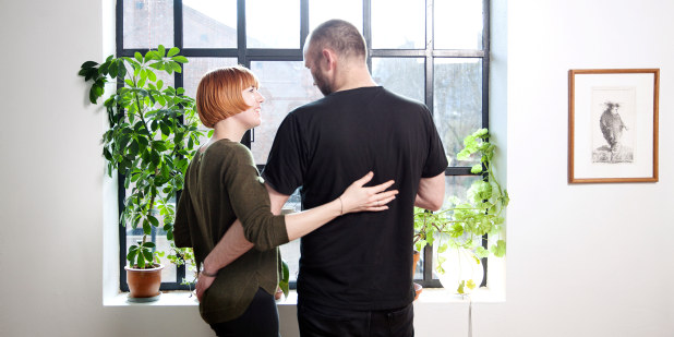Bilde av et par, som holder rundt hverandre