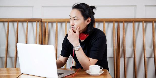 Bilde av ung mann med laptop