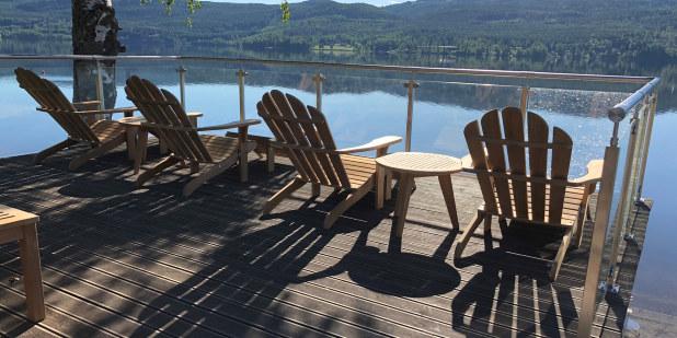 Bilde av stoler som står ut mot sjøen