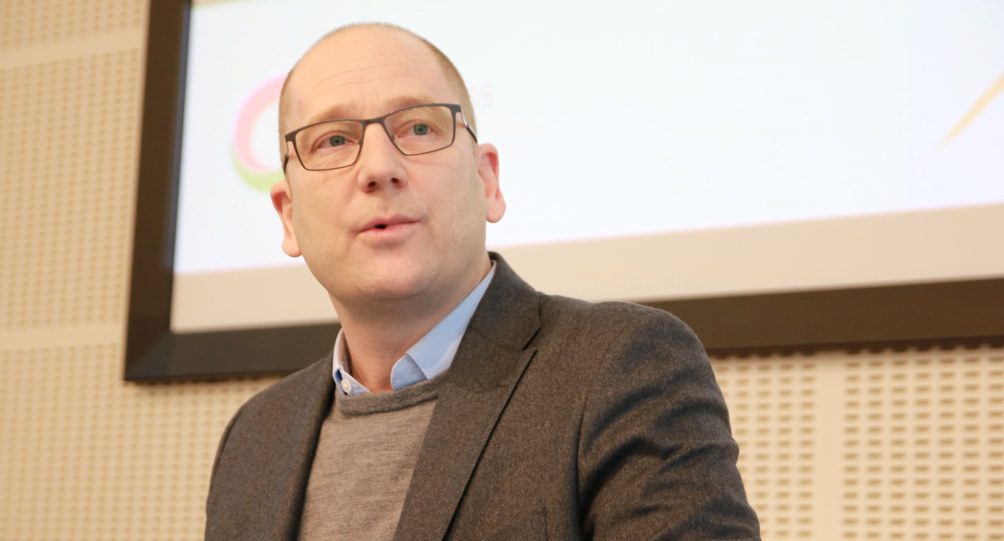 Steffen Handal, leder i Utdanningsforbundet,  holder et foredrag. Han ser konsentrert ut.