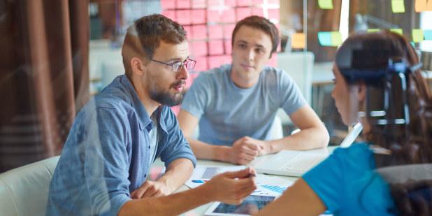 To menn og en kvinne i et møterom