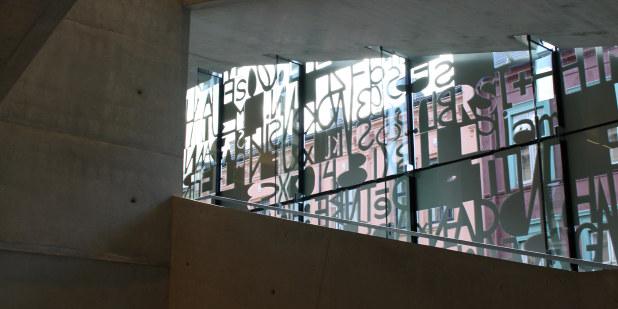 Illustrasjonsbilde av glassvegg med bokstaver