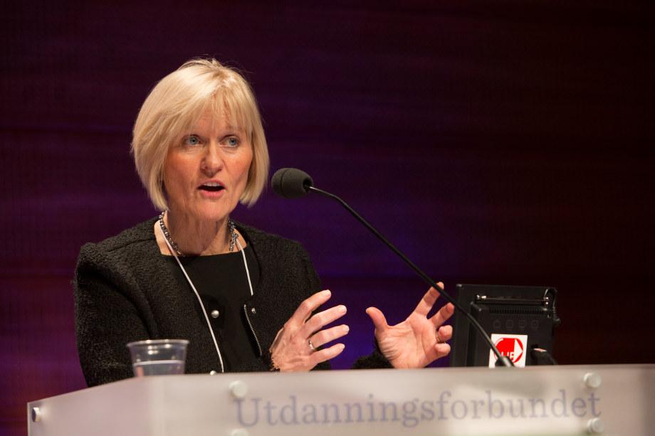 Unio-leder Ragnhild Lied på talerstol.