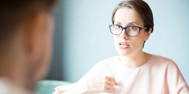 Illustrasjonsbilde av kvinne som snakker med en mann.