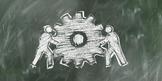 Illustrasjon fra grønn tavne hvor det er tegnet to personer som står på hver side av et stort tannhjul