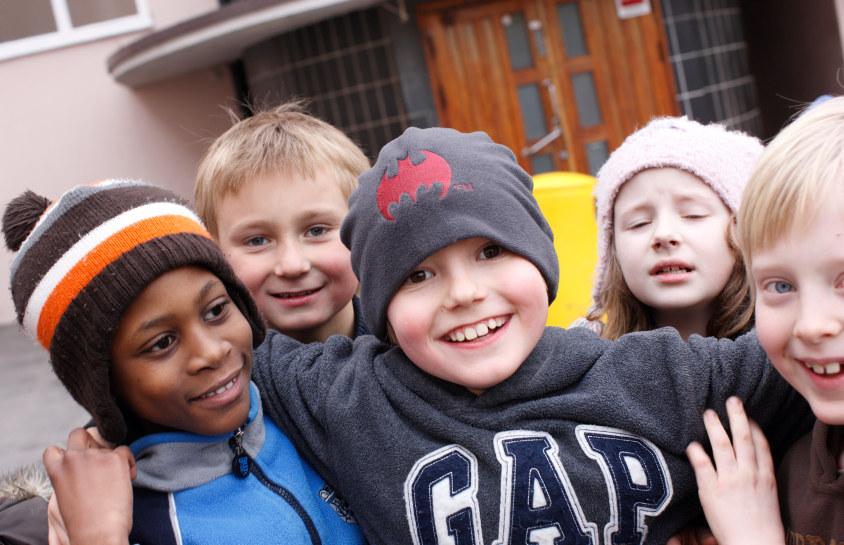 Ruseløkka skole, elever, gruppe, venner, skolegård, ute, lek, friminutt, klassestørrelse