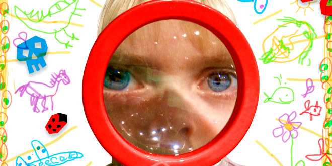 Plakat med barn som ser mot deg gjennom et forstørrelsesglass. Det gjør at deler av ansiktet vises forstørret.