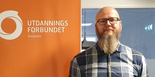 Bilde av Thore Johan Nærbø ved siden av en roll-up med Utdanningsforbundets logo