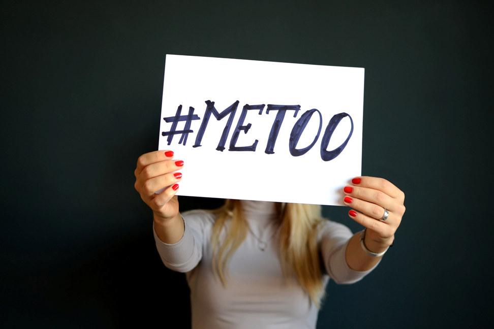 Kvinne som holder plakat med #metoo foran ansiktet sitt