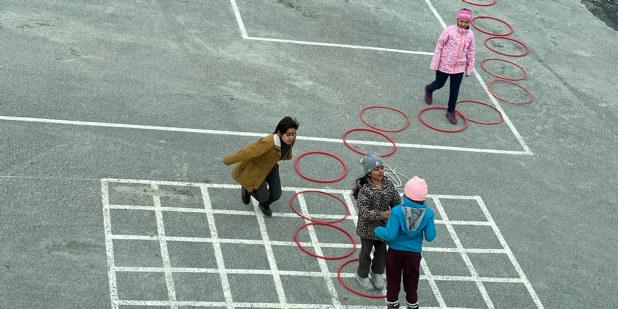 Barn som leker i en skolegård.