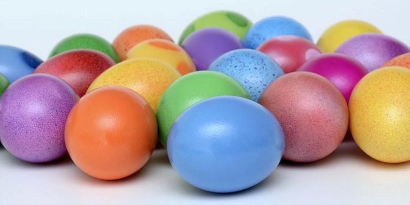 Bilde av flere fargerike små egg på et bord