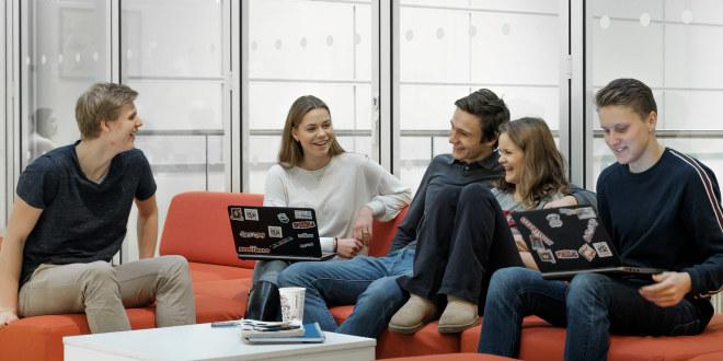 Ullern videregående skole, allmennfaglig / studieforberedende, samarbeid, sittegruppe/fellesareal med elever, tatt 13.12.17.