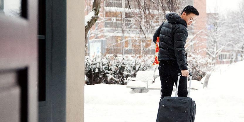 Mann med koffert hjem til jul