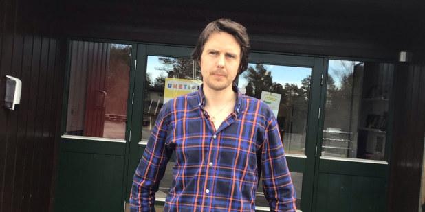 Bilde av arbeidsplasstillitsvalgt Magnus Tvedt Georgstad foran hovedingangen på Lund skole i Løten