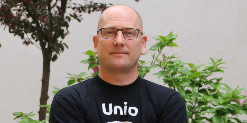 Nærbilde av Steffen Handal, kledd i T-skjorte med Unio-logo.