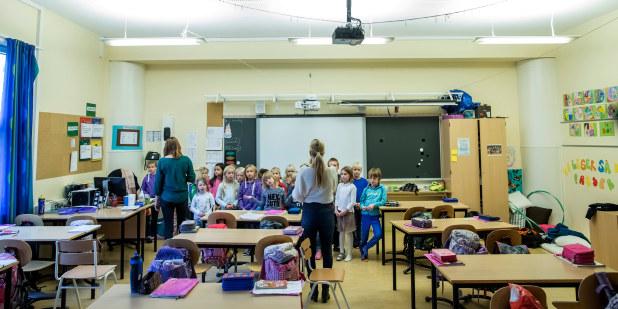 Norstrand skole, 2014, elever, barn, klasserom, inne, lese, skrive, samarbeid, konsentrasjon, rekke opp hånden, veiledning, hjelp, undervisning, klasserom, lærer, voksen