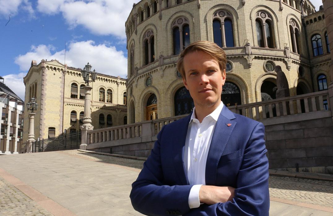 Torstein Tvedt Solberg (A) står utenfor Stortinget med armene i kors ser alvorlig i kameraet.