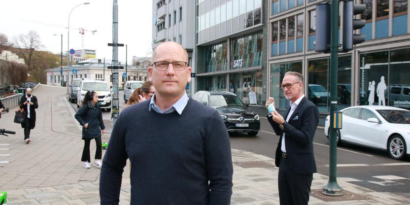 Steffen Handal, forhandlingsleder Unio kommune og i bakgrunnen Tor Arne Gangsø, forhandlingsleder i KS. Ved forhandlingsstart og overlevering av krav mellomoppgjøret 2021.