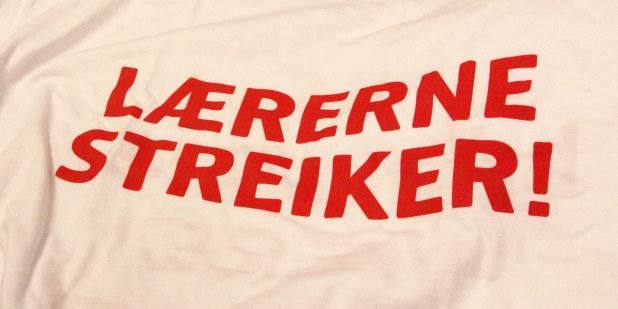 """Bilde av t-skjorte med skrift """"Lærerne streiker"""" trykket på."""